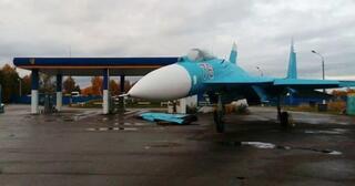 gokil-pesawat-tempur-su-27-isi-bahan-bakar-premium-di-pom-bensin-umum