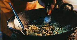 mie-jaka-kuliner-legendaris-yang-masih-diolah-dengan-arang-gan